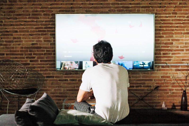 Fernsehen was gerade so kommt? Das war einmal. Heute vermischen sich lineare und Netz-Angebote. Bild: www.freepik.com, Designed by Freepik