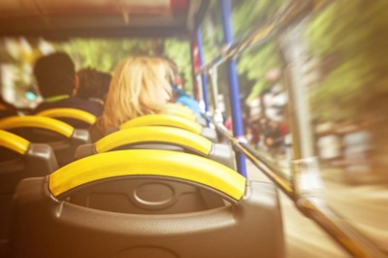Ältere, in der Mobilität eingeschränkte Menschen brauchen eine andere Ausstattung im Bus als Jüngere. Designed by valeria_aksakova / Freepik