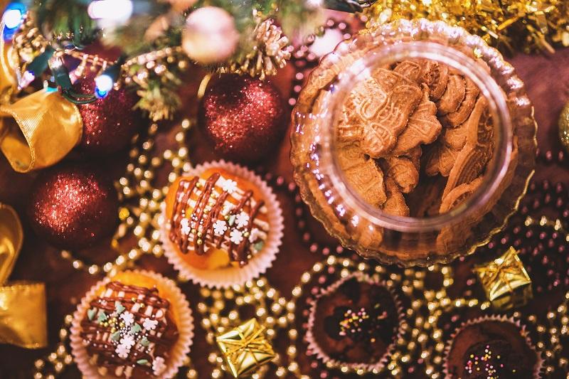 Der Dezember ist voll mit Versuchungen. Wenn wir ihnen nachgeben, machen wir alles richtig, sagt Prof. Joost van Treeck. Bild: Designed by Kaboompics / Freepik