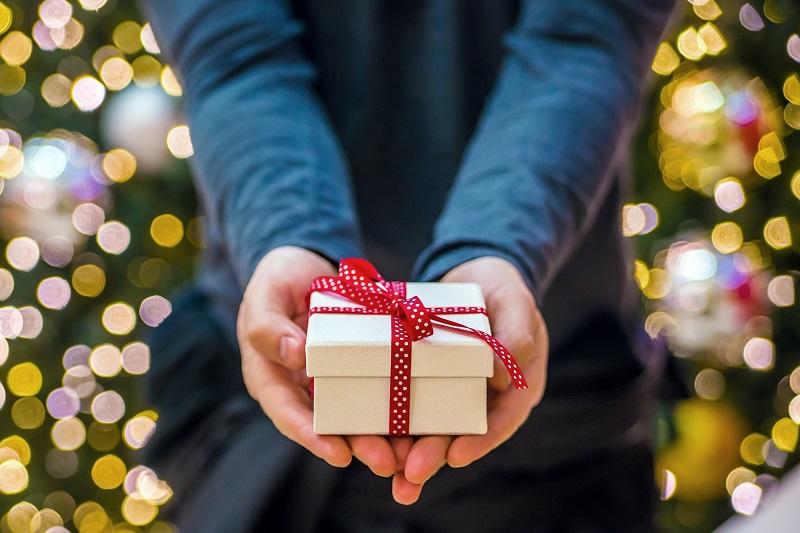 Ein kleines Geschenk, das man wirklich würdigt, ist besser als zu viele Geschenke. Foto: Designed by Dragana_Gordic / Freepik