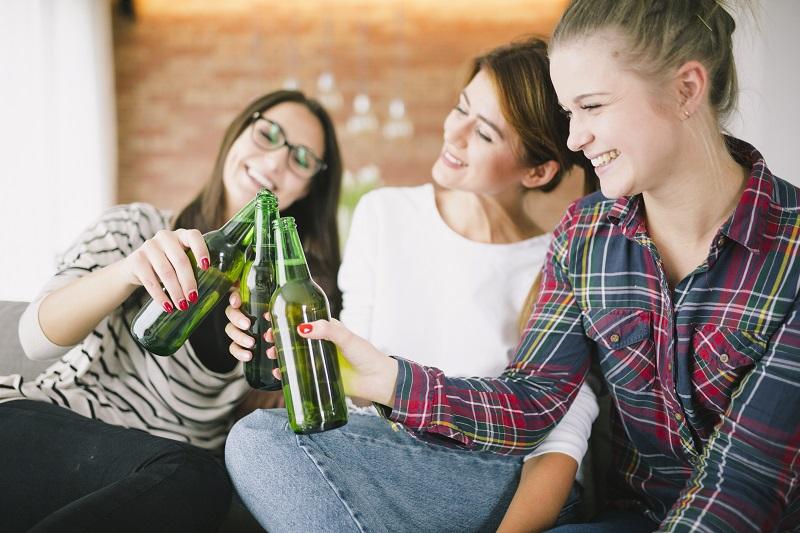 Für viele Jugendliche ist es ganz normal, Alkohol zu trinken. Gerade an Karneval. Foto: Designed by Freepik