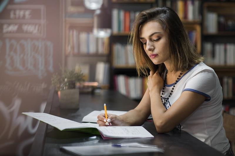 Mit der richtigen Lernstrategie kann man es schaffen, viel Wissen ins Langzeitgedächtnis zu bekommen. Foto:Designed by Freepik
