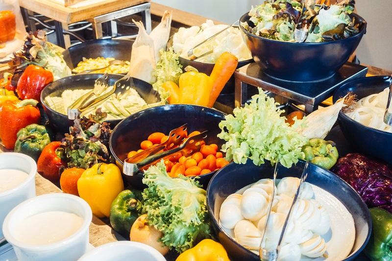 Wenn gesundes Essen in Kantinen als Erstes präsentiert wird, greifen viele Menschen eher zu. Foto: Designed by Creativeart / Freepik