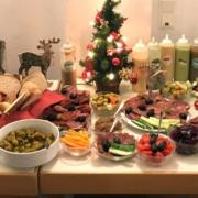 Foodsharing Festessen: Lebensmittel werden zu einem Buffet verarbeitet, statt in der Tonne zu landen